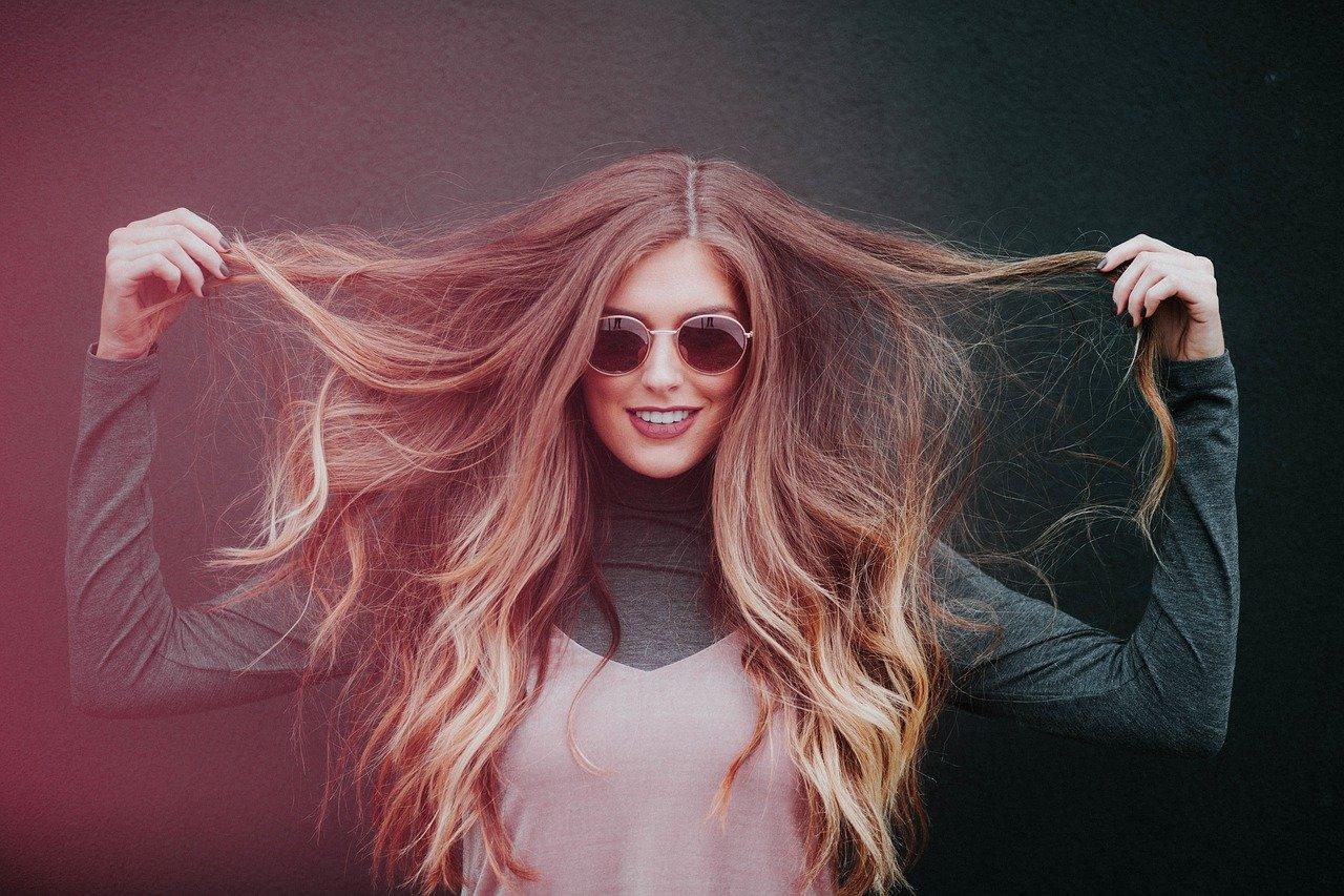 Quelle est la différence entre cheveux bouclés et frisés ?
