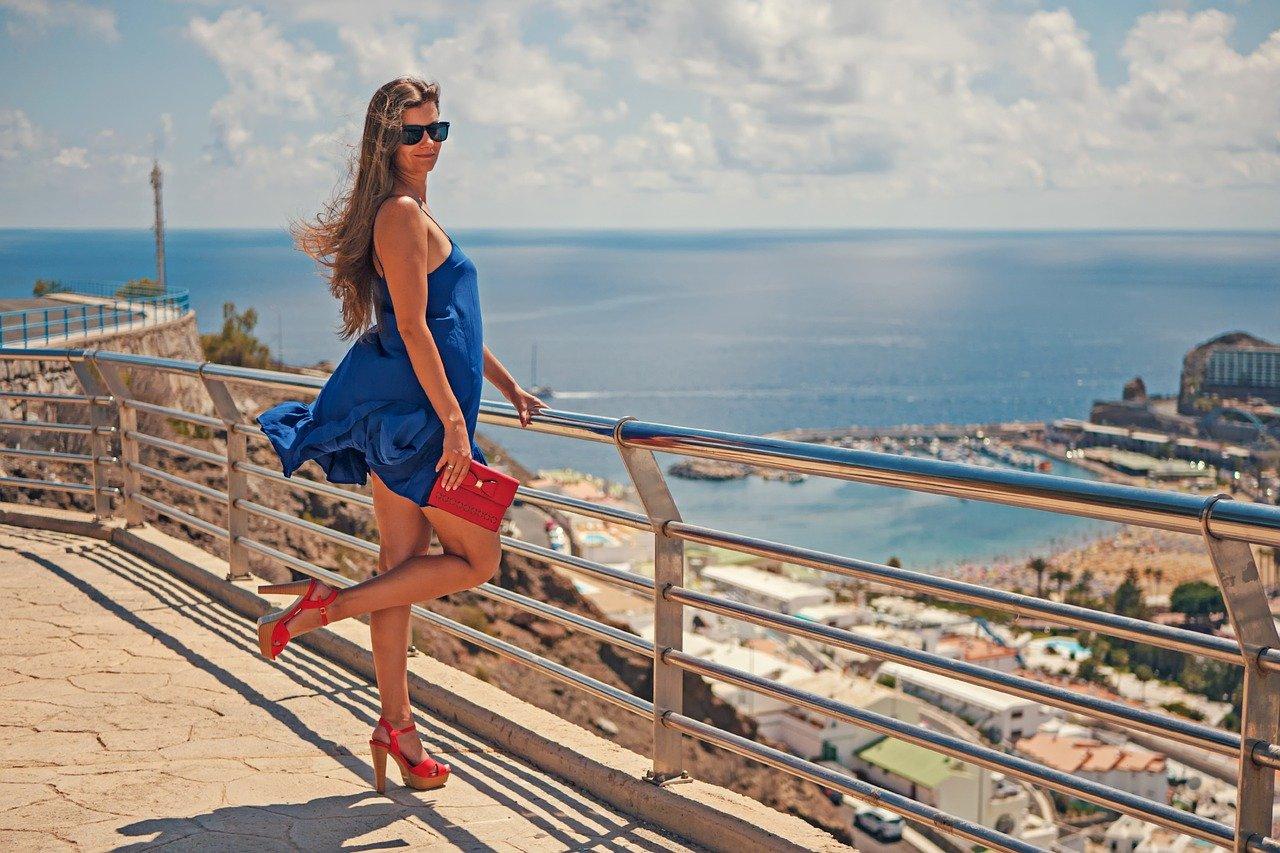 Quelle couleur de chaussure avec une robe rouge?
